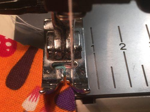 Zickzackstich: Die Nadel sticht dicht neben den Stoff.
